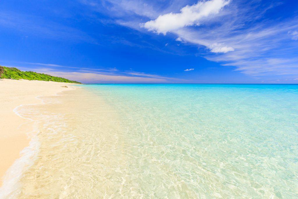 白い砂浜と浅瀬の海