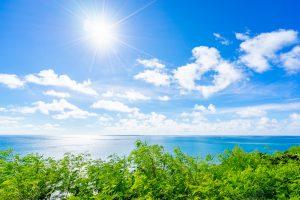 眩しい太陽と海
