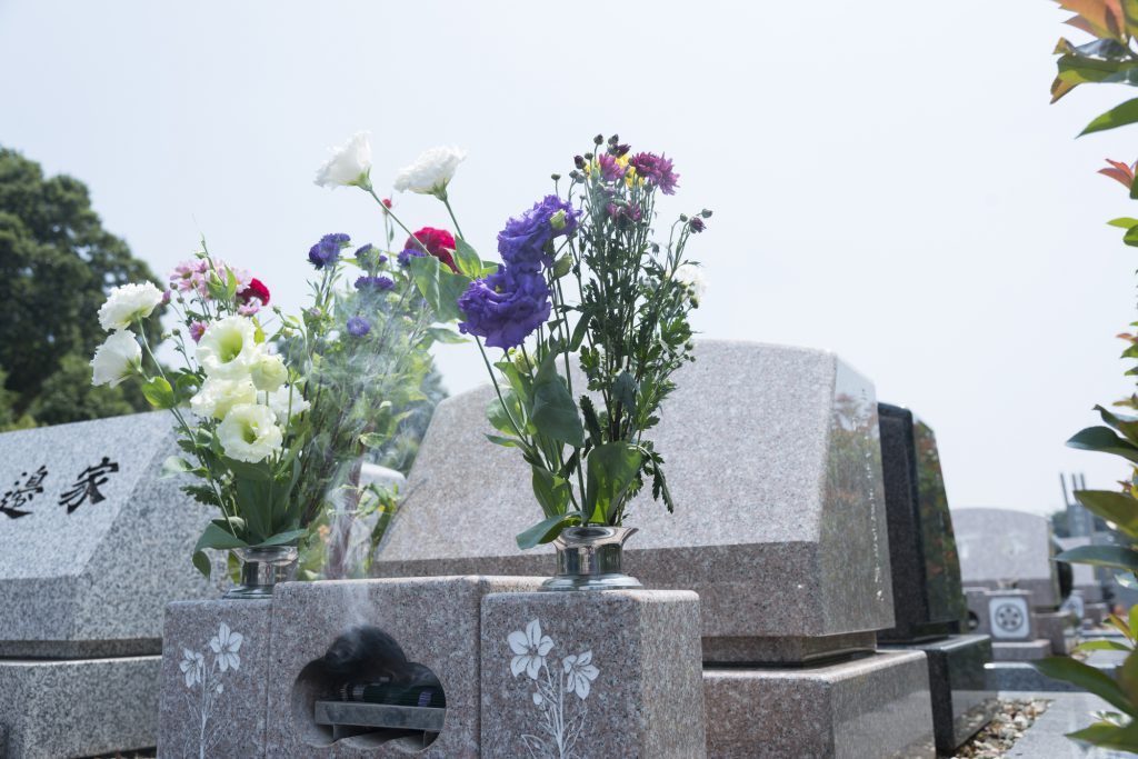 大きなお墓とお花