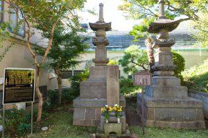 大きなお墓二つと小さな墓石