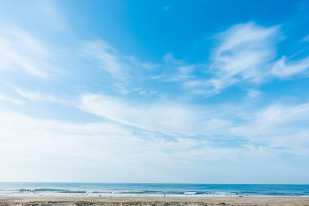 青く広がる空と浜辺