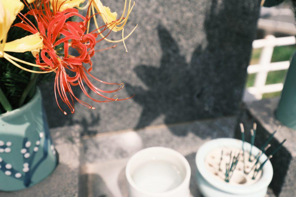 お墓の前にあるお線香と花
