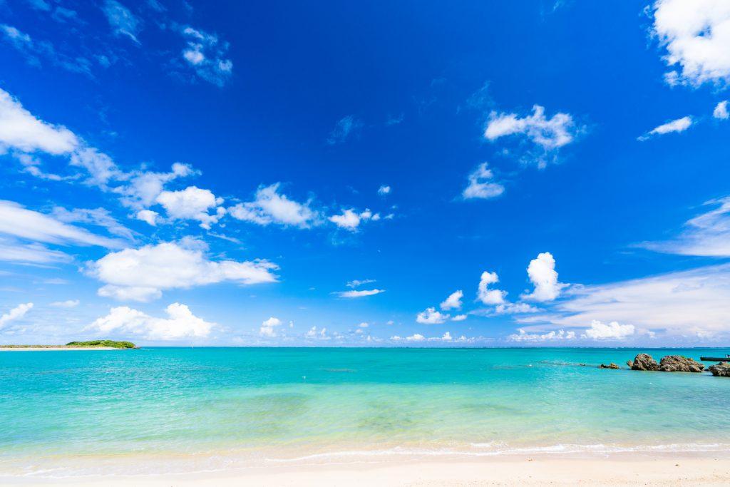 透き通る空と海
