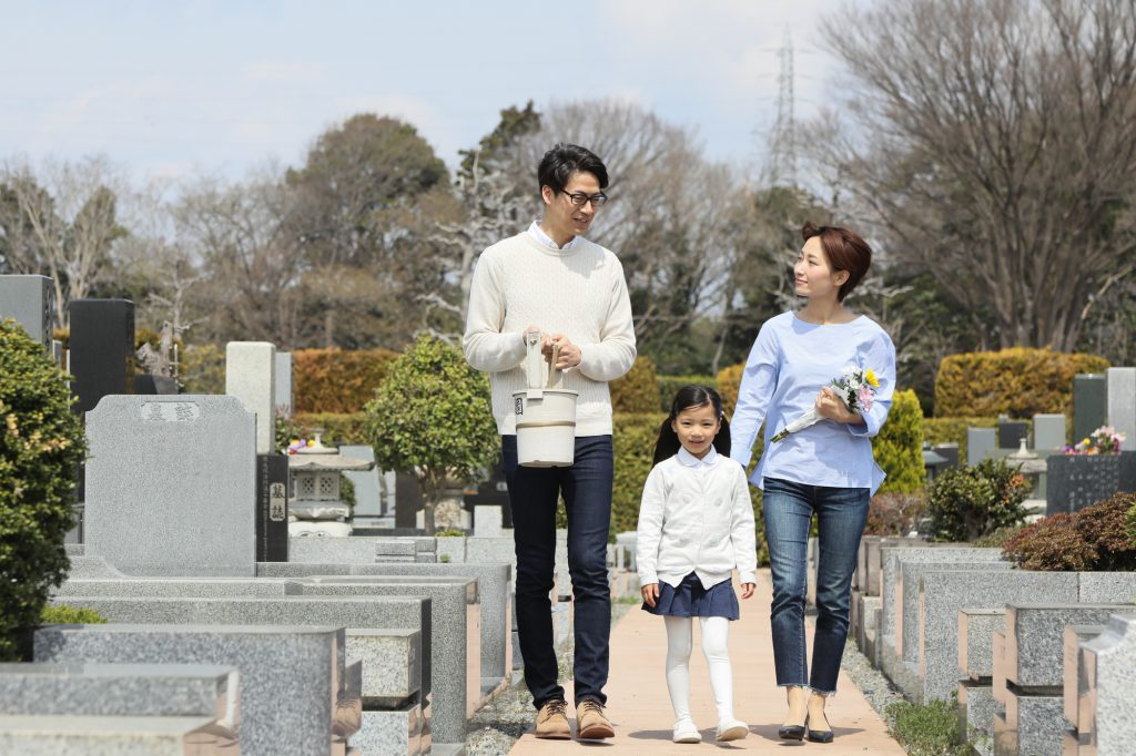 親と子どもでお墓参り