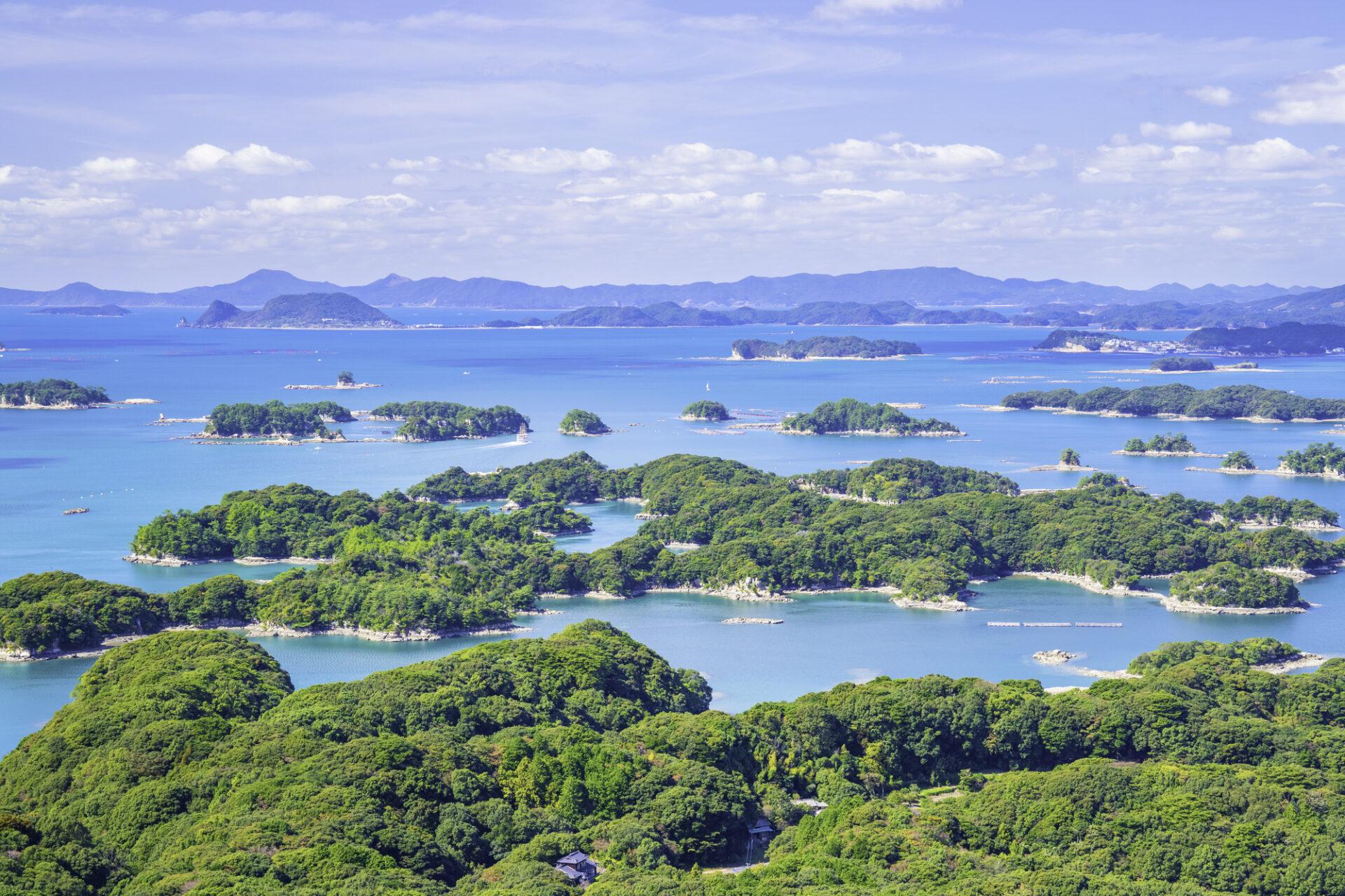 小さな島々が見える海