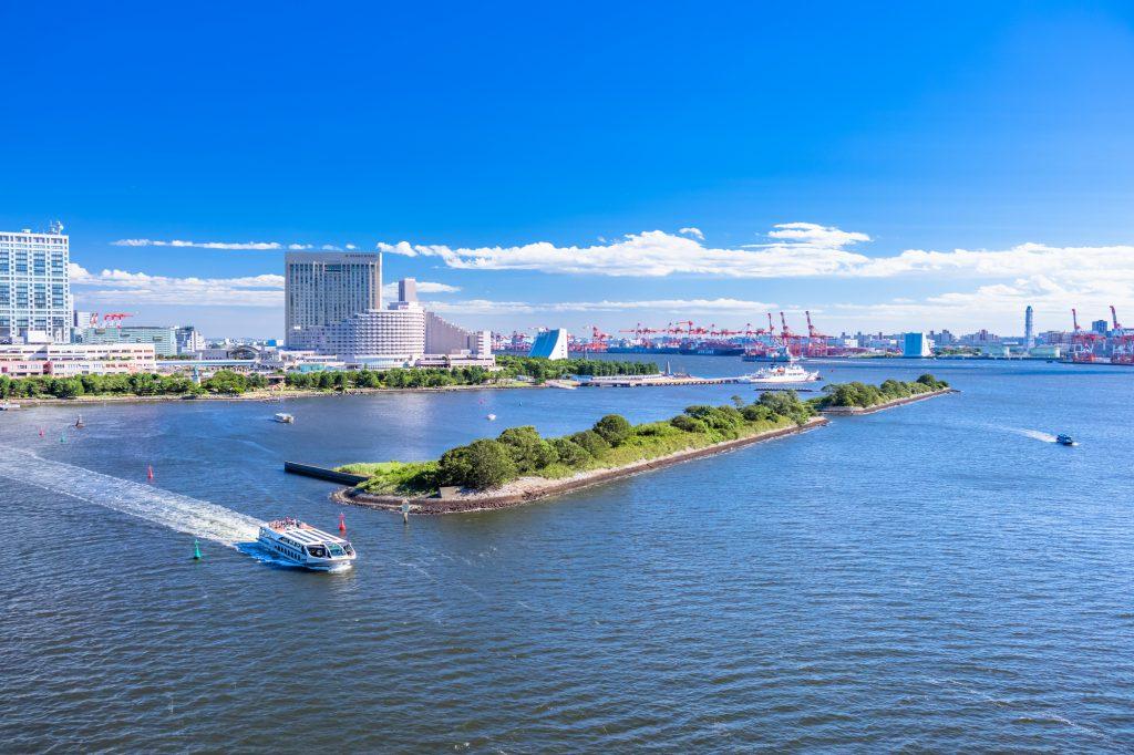 東京湾を運航するクルーザー
