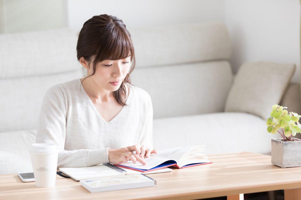女性が資格の勉強をしている