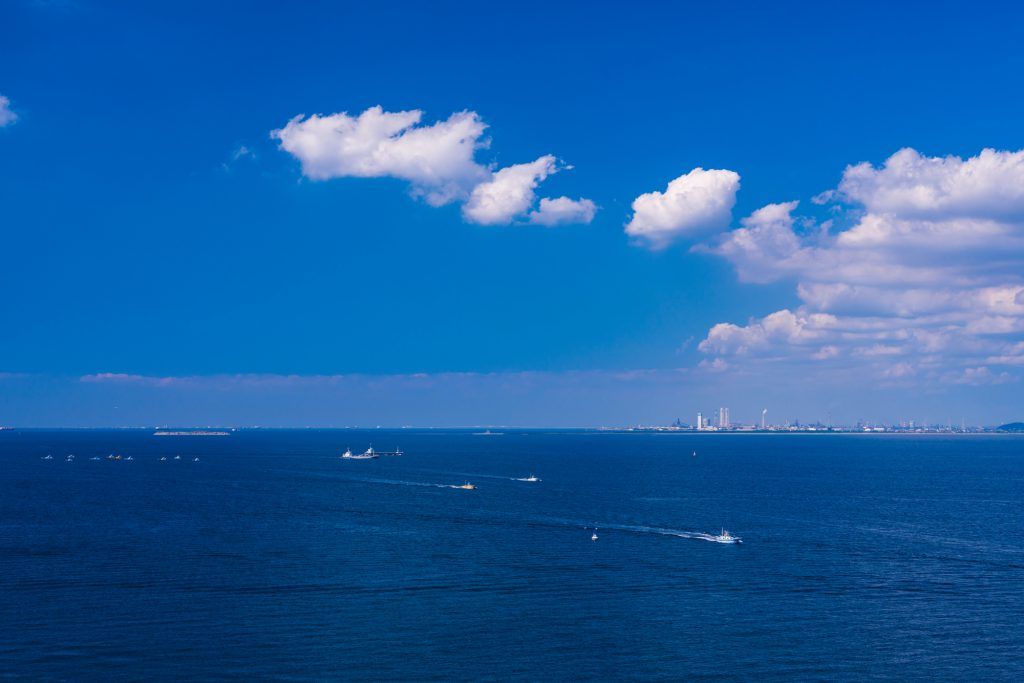 小さく見えるクルーザーと海