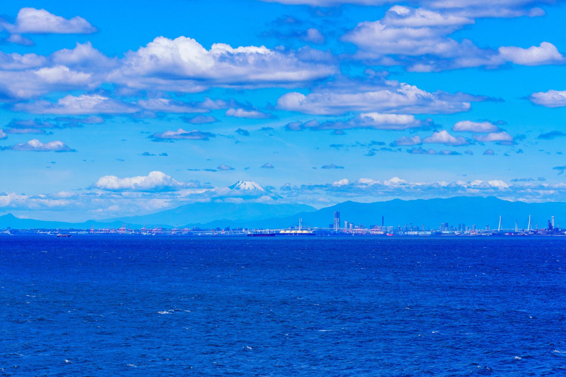 うっすらと見える都会と広大な海