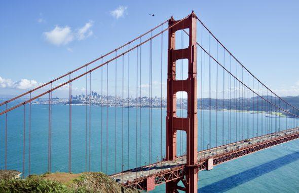 大きなつり橋と広大な海