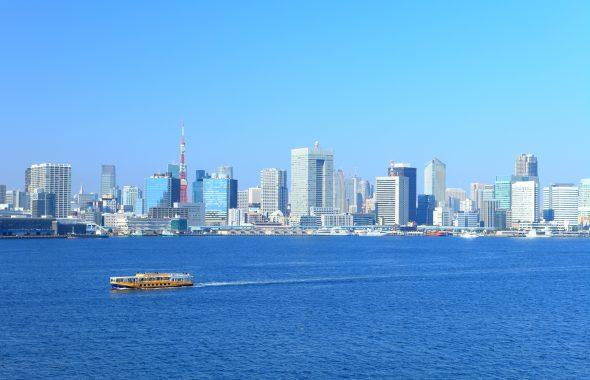 都会と海とクルーザー
