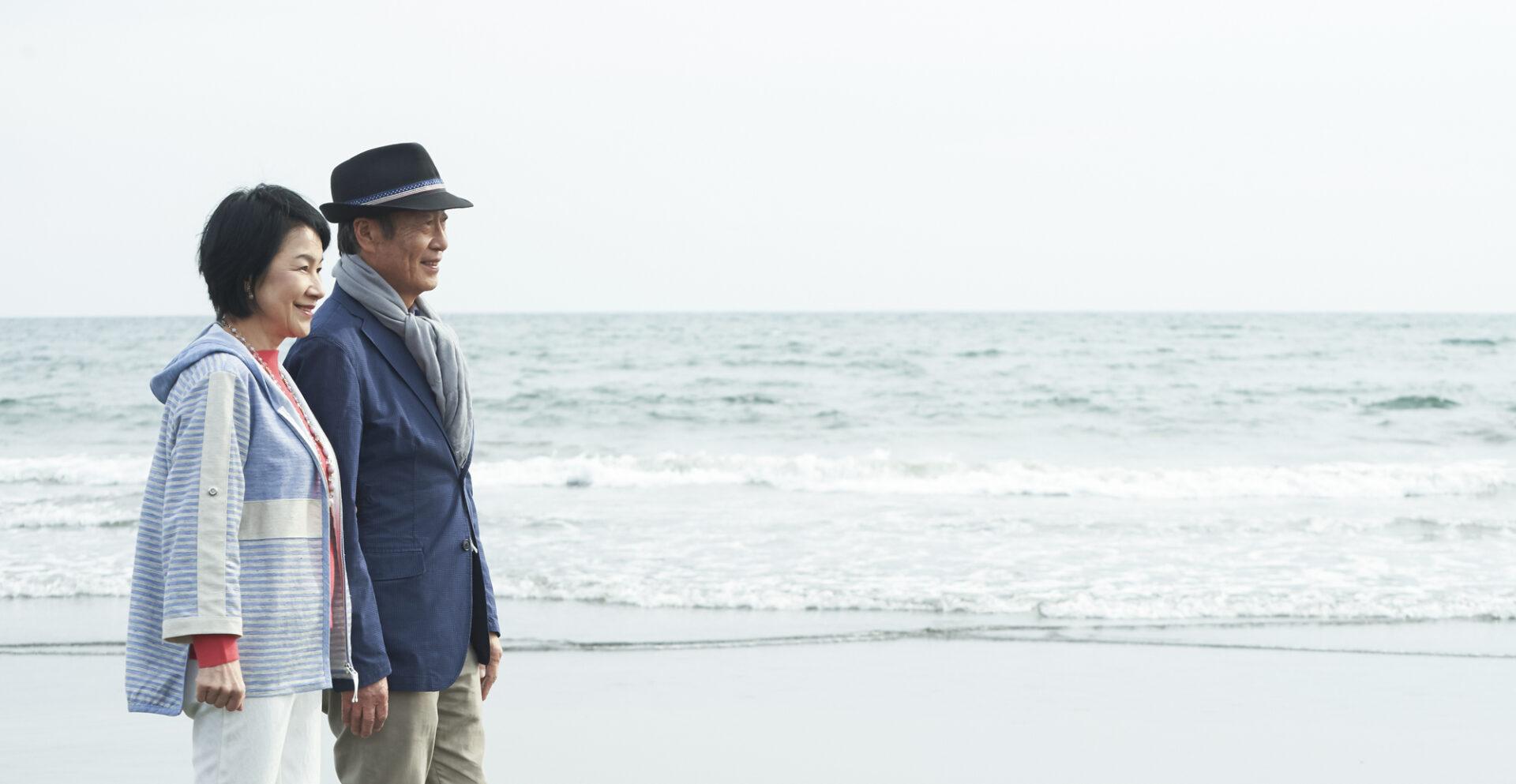 年配の夫婦が海を眺める