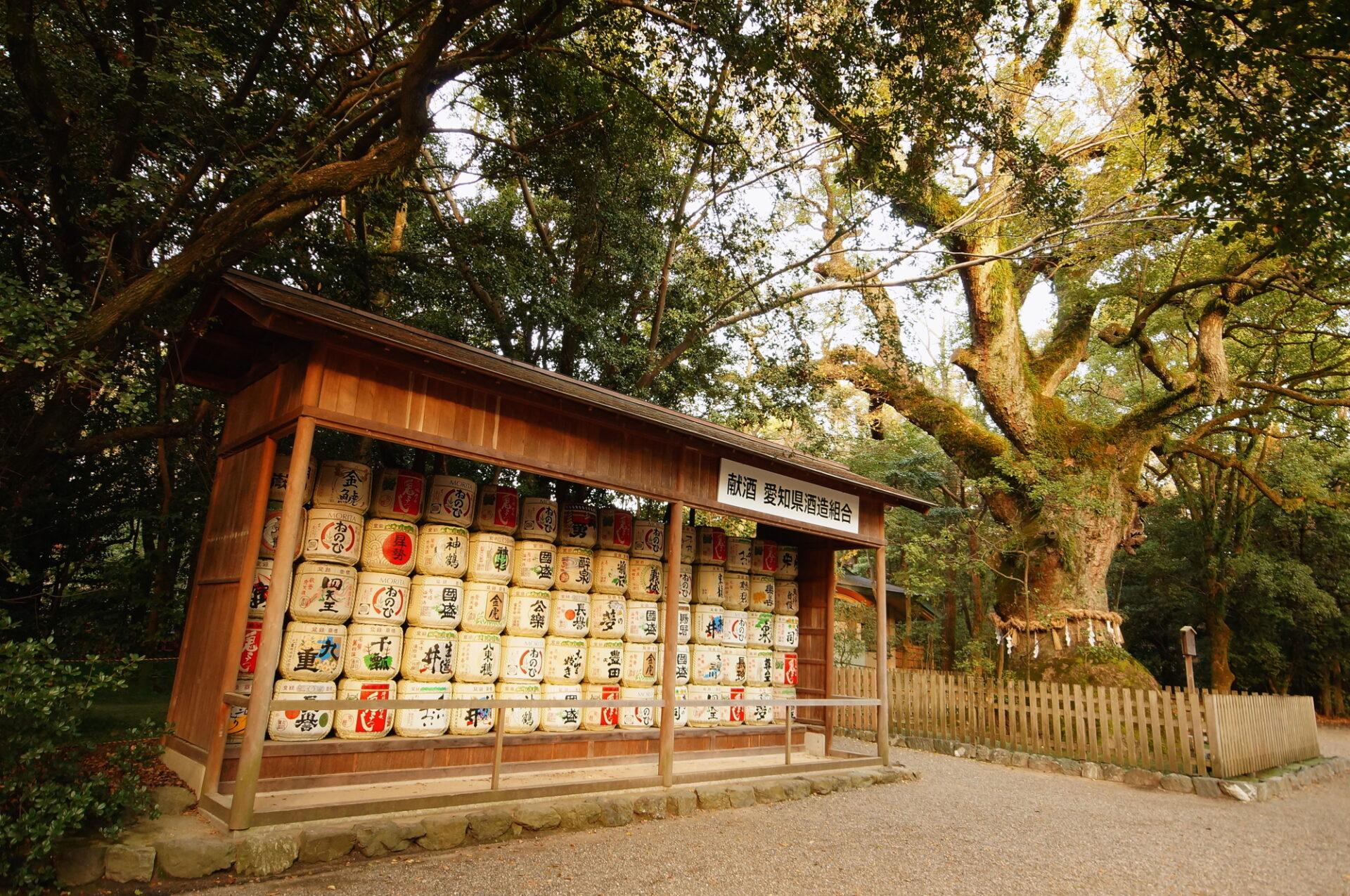 神社にある献酒された酒樽