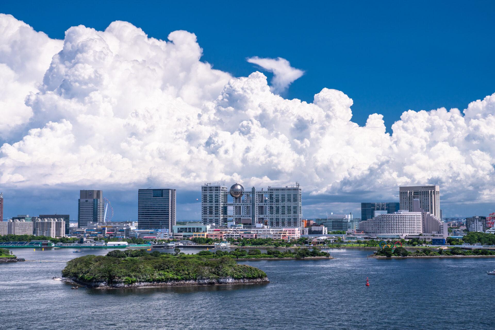 青い空と大きい雲がかかった海