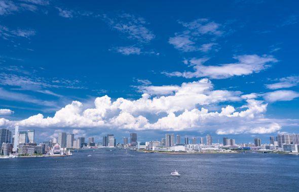 都心の空にかかる白い雲