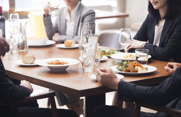 家族・親戚で会食するシーン
