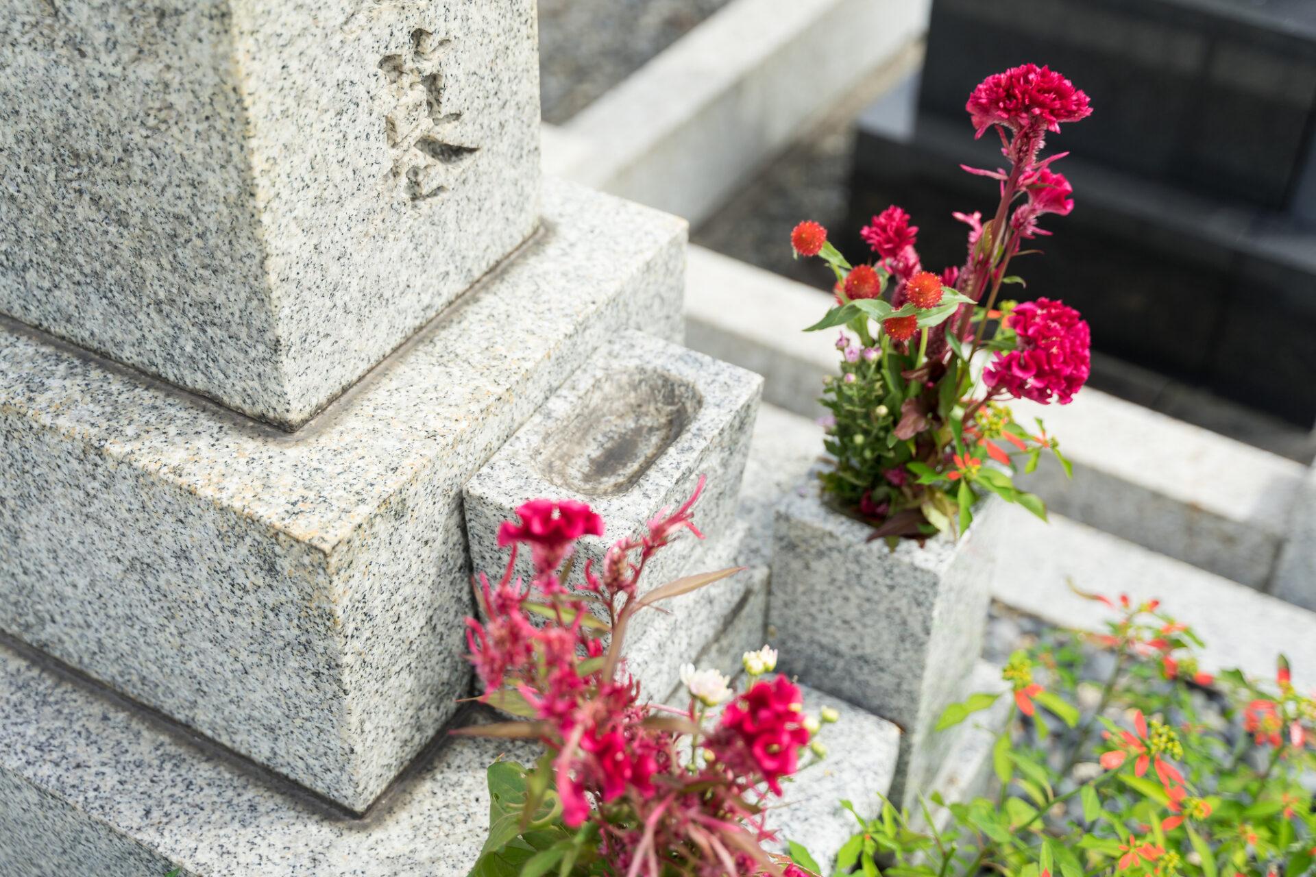 お墓と造花