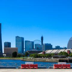 横浜の街並みと海